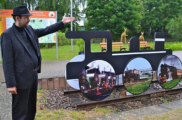Die Dampflok aus dem polnischen Wolsztyn von Wojciech Lis ist am alten Bahnhof in Goyatz zu sehen. Der Kurator Christian Gracza (li.) weist auf das Kunstwerk hin.
