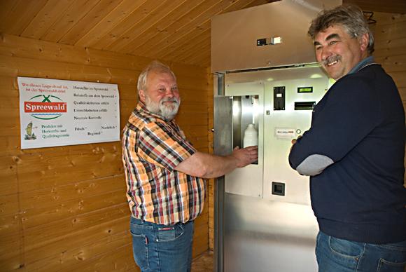 Helmut Richter erklärt Siegfried Werner die Milchtankstelle. Foto: Silvano Procopius