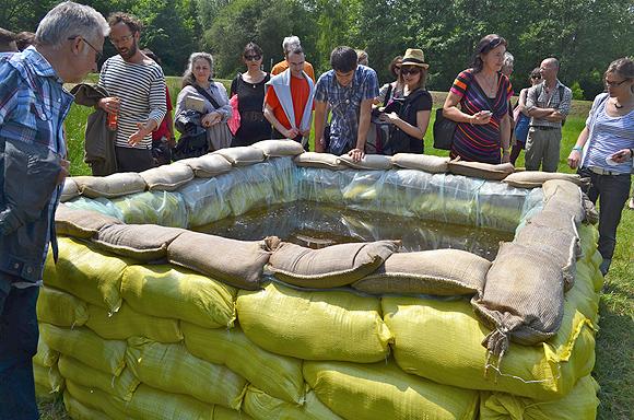Die Sandsäcke an der SpreeLagune in Lübben sind das Kunstwerk von Grzegorz Loznikow aus Polen. Fotos: Andreas Staindl