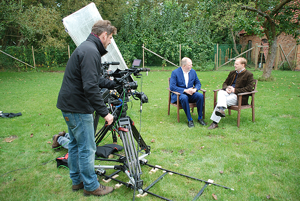 """Dreharbeiten """"Preussisch. Blau"""" mit Jörg Thadeusz und Rochus Graf zu Lynar, Geschäftsführer Schloss Lübbenau. Foto: Oliver Joppek"""