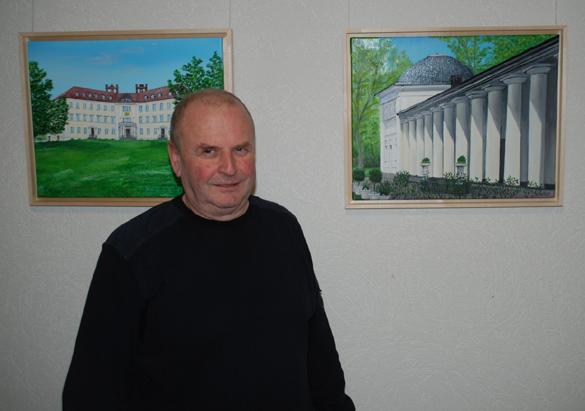 Siegmund Richter vor zwei seiner 39 ausgestellten Werke im Rathaus Lübbenau. Bildautor: Robert W. Naase
