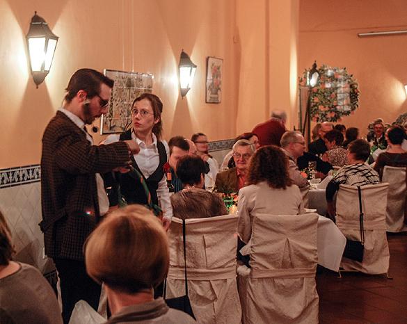 """Das Ensemble """"Krimi Delikat"""" des Cottbuser Theaterprojektes """"bühne 8 e.V."""" präsentierte den Gästen einen unterhaltsamen und spannenden Abend auf Schloss Lübbenau. Bildautor Oliver Joppek"""