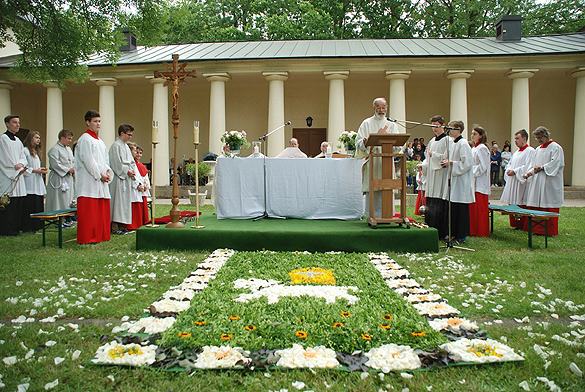 Der Hauptaltar an der Orangerie (es spricht Pfarrer Christian Pabel aus Senftenberg).