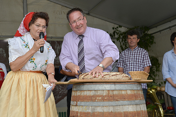 Eröffnung des Gurkenmarktes von Bürgermeister Helmut Wenzel mit dem Anschneiden des Gurkenbrotes. Foto: Silvano Procopius
