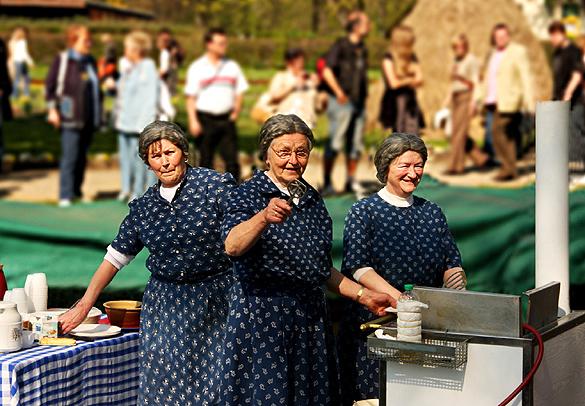 Die Groß Raddener Plinsefrauen feiern 20-jähriges 'Bühnenjubiläum' beim Kahnkorso. Foto: Janice Mersiovsky