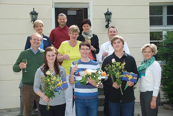 Für Leon Kaun (16) aus Göritz und Jasmin Meyer (16) aus Doberlug-Kirchhain begann am 26. Juni 2014 ihr beruflicher Werdegang auf Schloss Lübbenau. Philipp Richter hat seine Ausbildung zum Restaurantfachmann erfolgreich abgeschlossen. Foto: Oliver Joppek