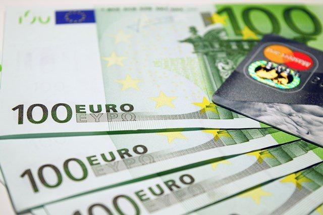 Geldscheine und Kreditkarte