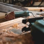 Werkzeuge auf kleiner Baustelle